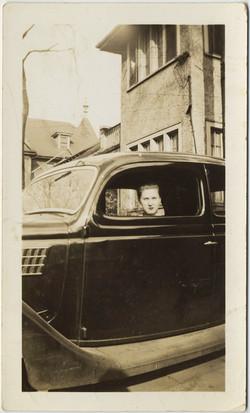 fp8424(Woman-Unhappy-Car)