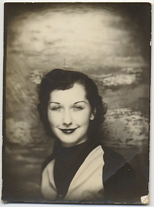 GORGEOUS PHOTOBOOTH BEGUILING WOMAN with DEFINED EYEBROWS, KILLER ALLURING SMILE