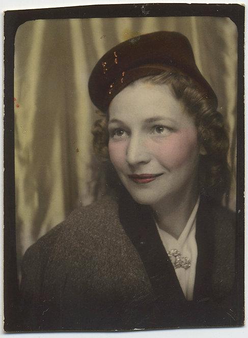 SUPERB PHOTOBOOTH PRETTY, ELEGANT WOMAN HAND TINTED PILLBOX HAT BROOCH PORTRAIT