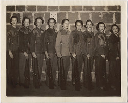 fp8408(Woman-Lineup-Guns)