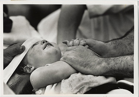 SUPERB PRESS PHOTO of INJURED CHILD and CARING HANDS!