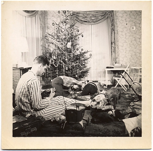 GIFT FRENZY XMAS MORNING KIDS ATTACK PRESENTS 50s IDEALISTIC DOMESTIC FAMILY PIC