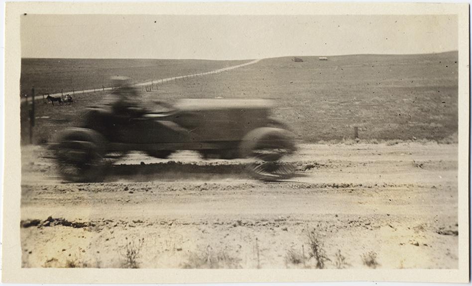 fp6815(Blur_CarDirtRoad_Farmland_Horse)