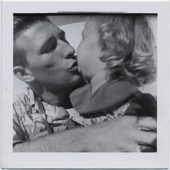 fp6636(FatherKissingDaughter)