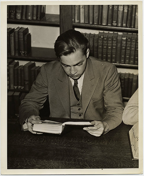 PRESS PHOTO GORGEOUS SIMPLICITY GOOD LOOKING YOUNG MAN STUDENT READS DILIGENTLY