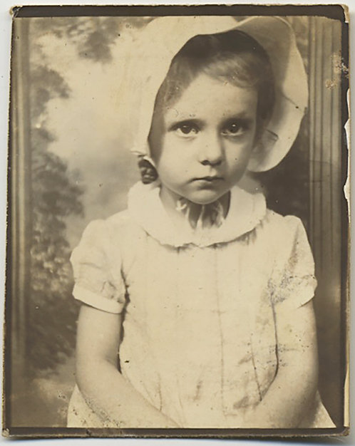 LOVELY PHOTOBOOTH SERIOUS WIDE-EYED LITTLE GIRL in BONNET PAINTED BACKDROP