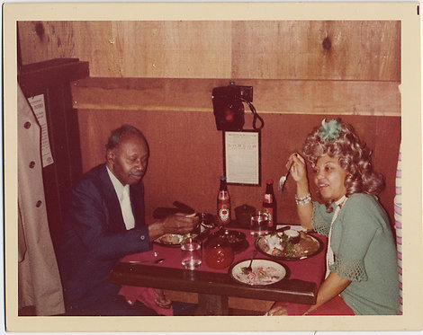 UNUSUAL AFRICAN AMERICAN BLACK COUPLE WOMAN w  BLONDE WIG in DINER BOOTH ODD
