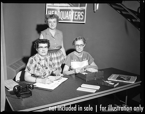 4x5 NEGATIVE PRESS PHOTO WOMEN at HQ BOX OFFICE PROCESS TICKETS 4 UNKNOWN EVENT