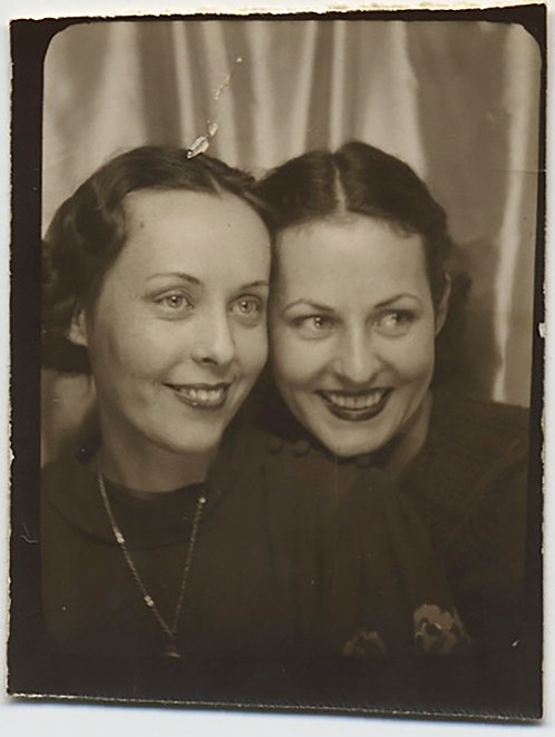PHOTOBOOTH TWO LOVELY PRETTY SMILING WOMEN HEADS TOGETHER TEETH APART TOOTHY