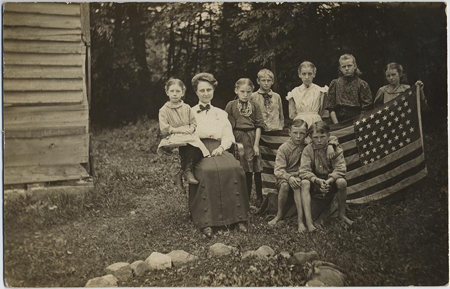 fp6200(RPPC-GP_Family_ChildrenHoldingAmericanFlag_WorldWarI_AuntKate)