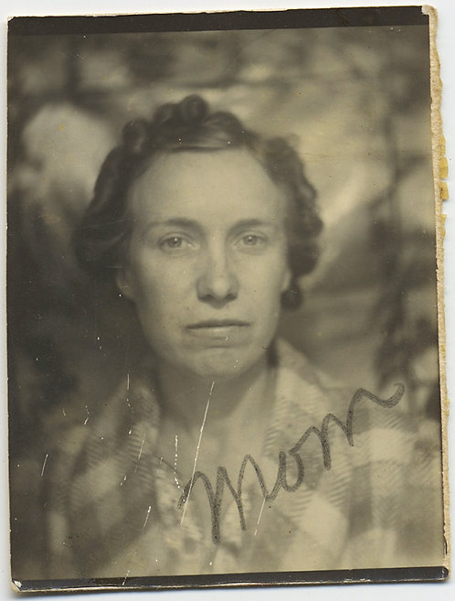 "PHOTOBOOTH SERIOUS WOMAN w PIERCING LOOK ""MOM"""