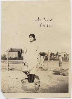 fp4735(WomanWashtub_ATubFull)