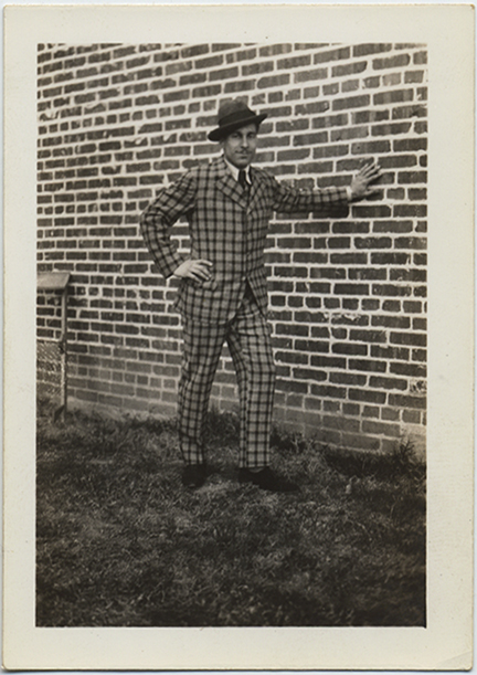 fp5241(Man_CheckerPatternSuit_BrickWall)