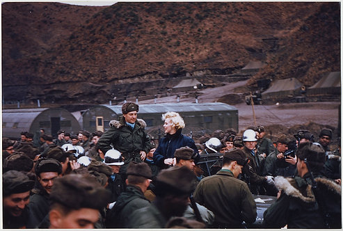 STUNNING MARILYN MONROE SURROUNDED by GI SOLDEIRS in KOREA USO TOUR