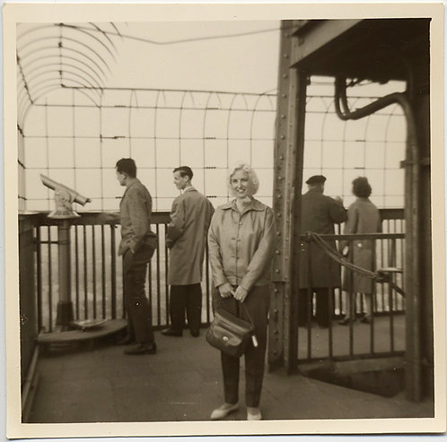 FABULOUS WOMAN TOURIST on EMPIRE STATE BUILDING OBSERVATION DECK