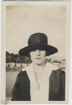 fp8293(Woman-Hat-Focus)