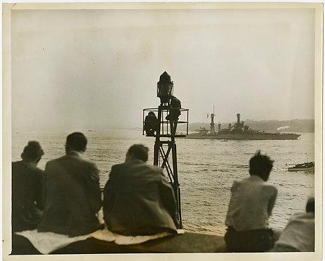 PRESS PHOTO MILLIONS WATCH FLEET USS Roosevelt SPECTATORS BEACON COMPOSITION