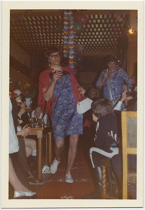 MAN in DRAG w SNEAKERS & HAIRY LEGS NEGOTIATES PARTY