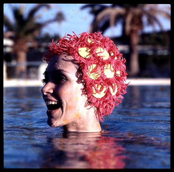 fp2364(SL_WomanSwimming_RedYellowBathingCap)