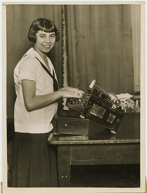 PRESS PHOTO YOUNGEST FASTEST CUTEST GIRL TYPIST Birdie Reeve St Louis DESK IMPRO