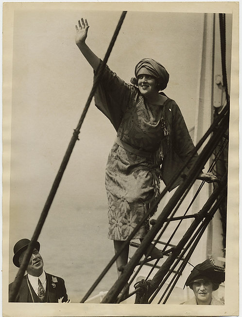 "PRESS PHOTO ""PRETTIEST GIRL"" on SS AMERICA WAVES to ADORING FANS on SHIPs LADDER"