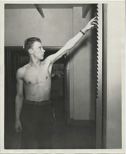 fp4824(Man_Shirtless_Arm&Fingers_DoorNotches