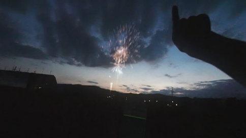 「打ち上げ花火、スマホで見るか?リアルで見るか? 」 【VFX】