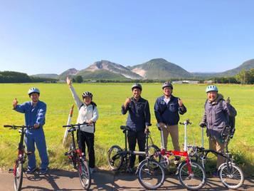 硫黄山の前で記念写真