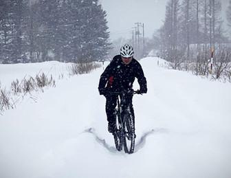 雪の中を走る自転車