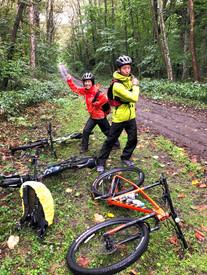 森の中で自転車と記念写真