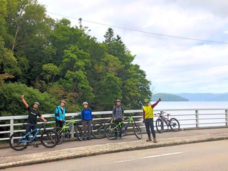 屈斜路湖の前で記念写真