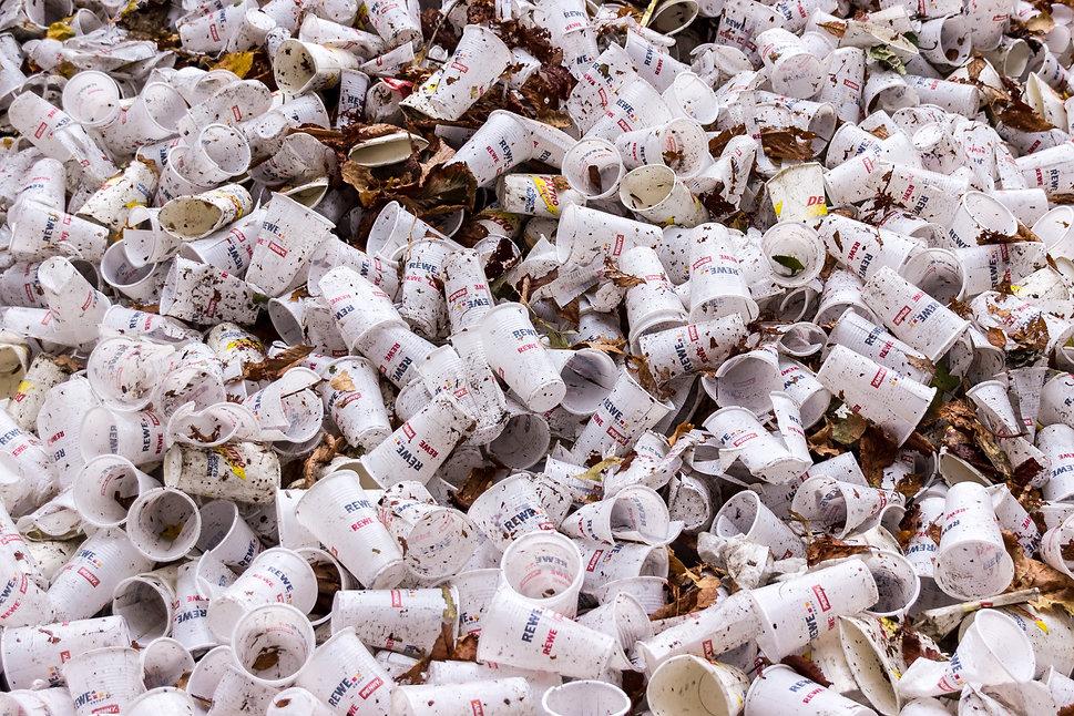 plastic-cups-973103.jpg