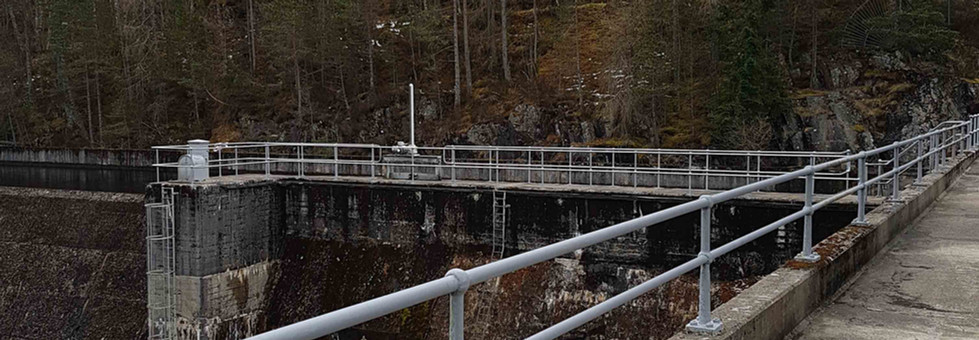Handrail system supplied by kite on the edge of Dunalastair dam3