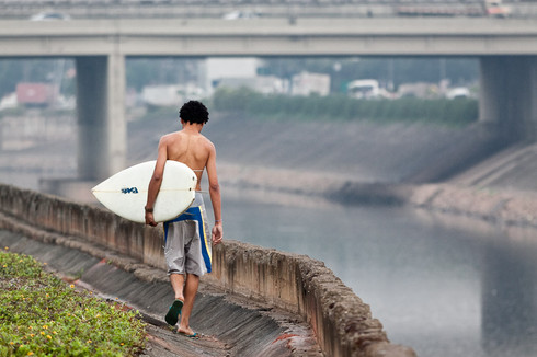 Surfista no Tietê.