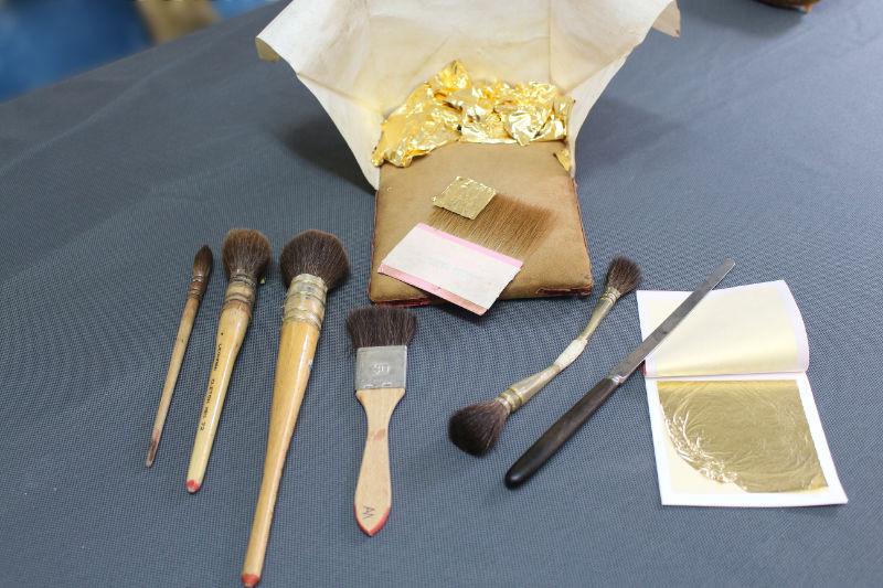 Divers outils servant à la pose de la feuille d'or.
