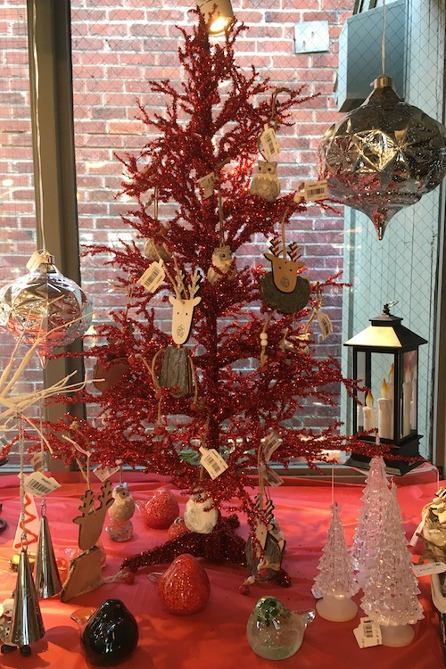 holiday-tree-and-gifts