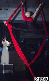 Spettacolo di danza con tessuti aerei e cantante