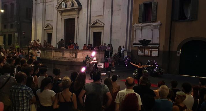 Spettacolo con bastone e ventagli LED per festival artisti di strada