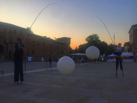 Trampolieri eleganti neri con palloni giganti