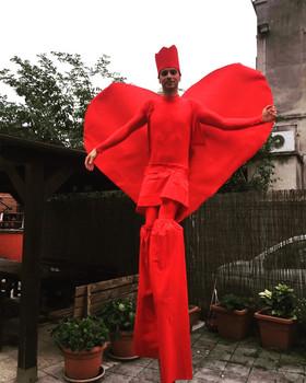 Trampoliere rosso con cuore gigante per San Valentino