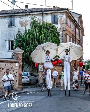 Trampolieri bianchi eleganti con ombrelli e cuori