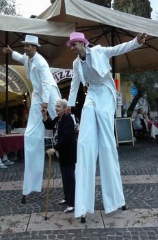 Trampolieri bianchi che sollevano una signora anziana felice