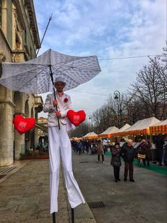 Trampoliere bianco elegante con ombrello gigante e cuori rossi