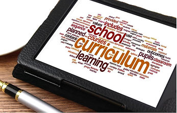 tablet con scritte alcune parole chiave tra cui curriculum school learning