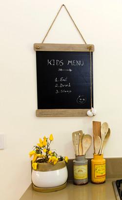 לוח פונקציונאלי בכניסה למטבח.jpg