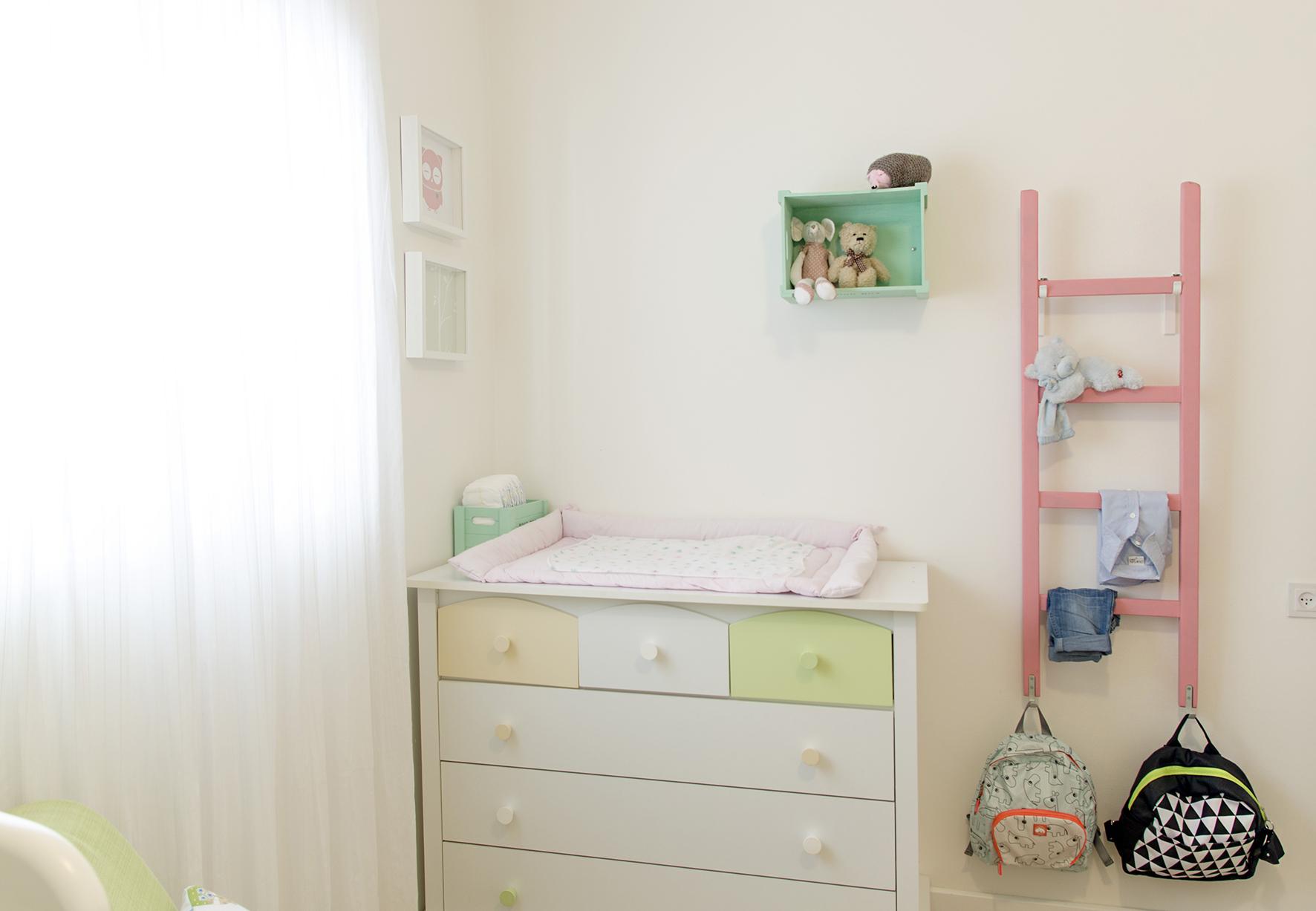 פינה בחדר שינה לבן ובת.jpg
