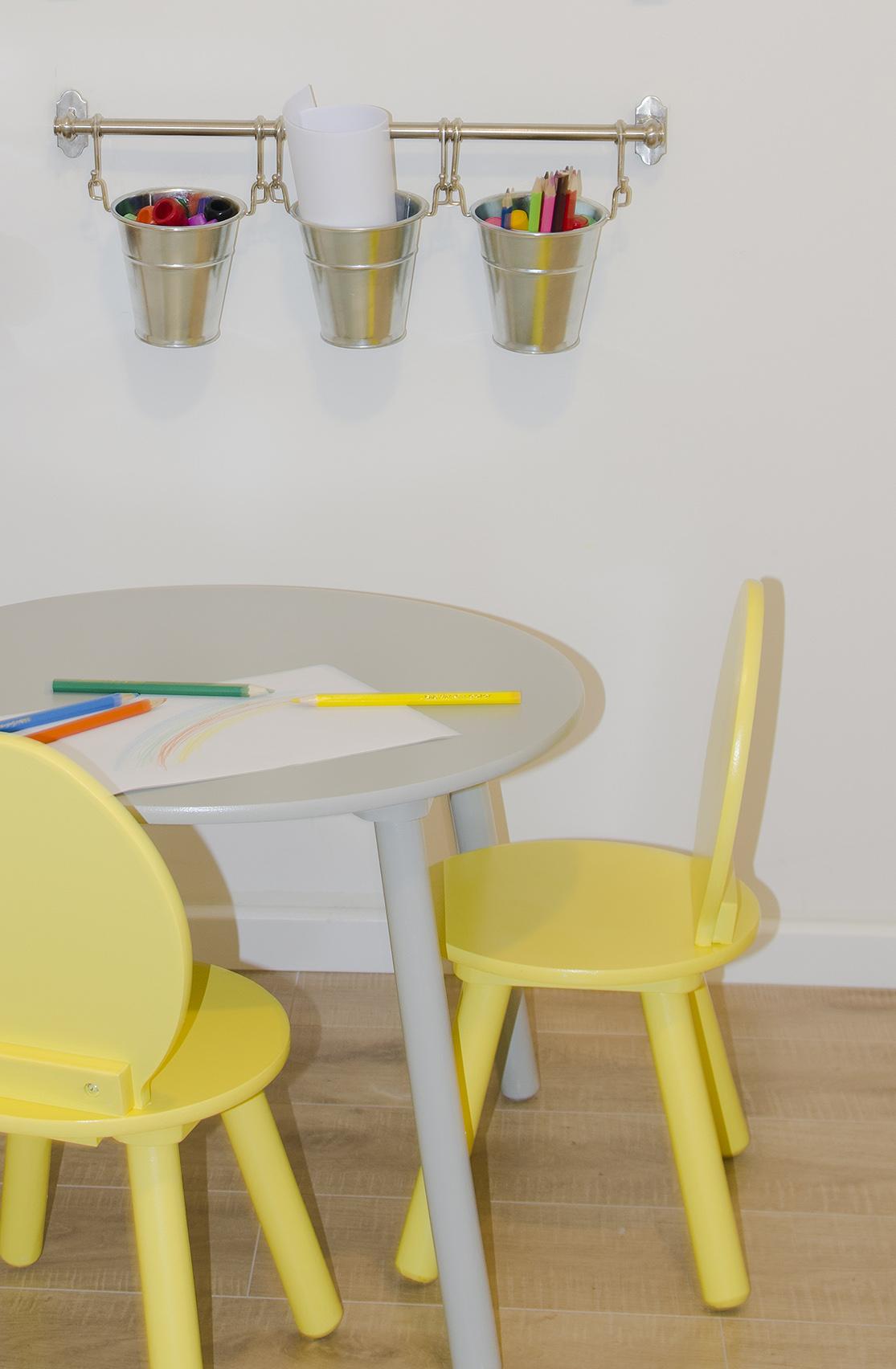 שולחן וכיסאות שנצבעו בהתאם לעיצוב החדר.jpg