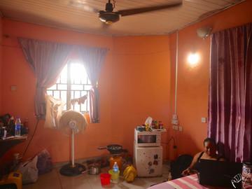 Contactée sur couchsurfing, Nneka m'héberge dans son studio à Enugu. C'est très rare pour une femme Nigérienne de s'installer seule, d'ailleurs c'est le sujet du débat qu'elle anime ce soir dans son émission de radio.  I contacted Nneka on couchsurfing. She hosted me in her studio in Enugu. It is not usual for a Nigerian woman to settle on her own. This is the topic of the debate she starts tonight on her radio broadcast.