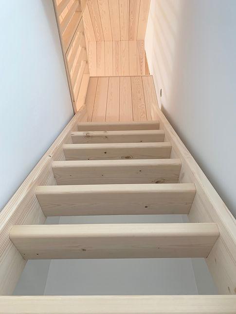 Stige hems, hems stige, trapp hems, plassbygget trapp, furu trapp, osp rekkverk, kvistfri furu panel, furupanel, sliptbetong, tømrer nesodden, snekker nesodden, tømrerfima nesodden, håndverker nesodden, møbelsnekker, møbelsnekker nesodden, byggmester stian hansen, tømrermester stian hansen, komplettbygg, komplett bygg, komplett-bygg, komplettbyggnesodden, tømrer tjenester, oppføring av enebolig, ny bolig nesodden, bolig nesodden, interiør arbeid,