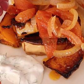Запеченная тыква с помидорами и йогуртом
